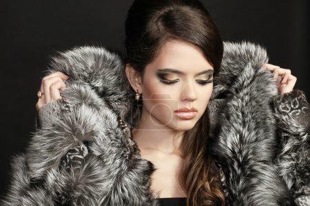 Photo pour Femme Fashion en manteau de fourrure, portrait de Dame - image libre de droit