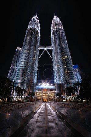 Photo pour Tours Jumelles Petronas la nuit à Kuala Lumpur - image libre de droit