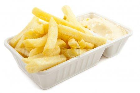 Photo pour Boîte avec frites hollandaises isolées sur blanc - image libre de droit