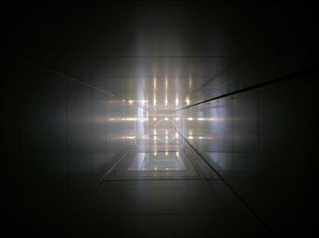 Foto de Tubo elevador con puntos de luz en el extremo - Imagen libre de derechos