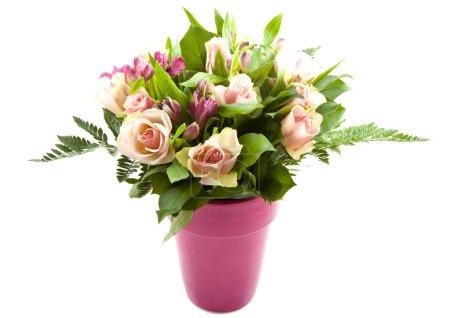 Photo pour Bouquet avec différents types de fleurs colorées dans un vase rose - image libre de droit