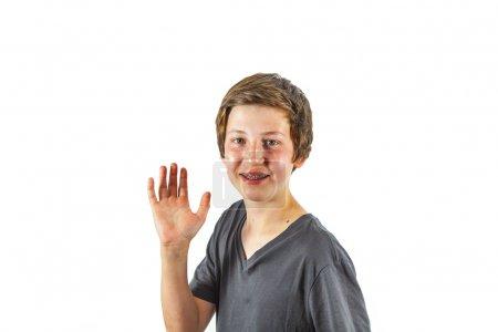 Photo pour Heureux joyeux garçon donne signe - image libre de droit