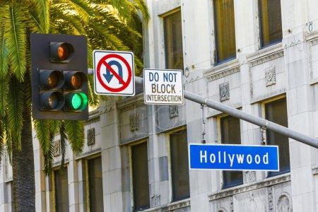 Photo pour Hollywood Blvd enseigne de rue avec de grands palmiers . - image libre de droit