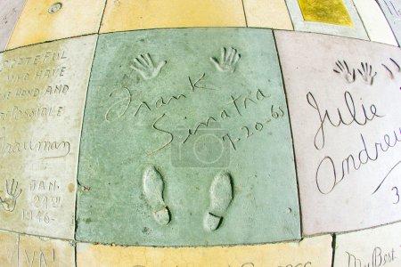 Photo pour LOS ANGELES - 26 JUIN : empreintes de Frank Sinatra sur Hollywood Boulevard le 26 juin 2012 à Los Angeles. Il y a près de 200 empreintes de mains de célébrité dans le béton du parvis du théâtre chinois . - image libre de droit