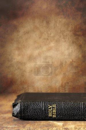 Photo pour Ancienne Sainte Bible, sur un fond de pierre grunge. Beaucoup de copyspace . - image libre de droit