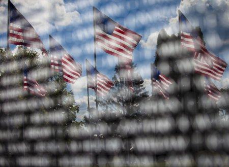 Photo pour Mémorial américain, le reflet des drapeaux américains dans une mémoire gravée - image libre de droit