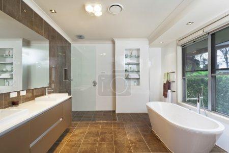 Photo pour Salle de bains moderne dans l'élégante maison australienne - image libre de droit