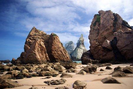Photo pour Grandes et forte des falaises rocheuses ursa Beach, le portugal, un matin ensoleillé - image libre de droit