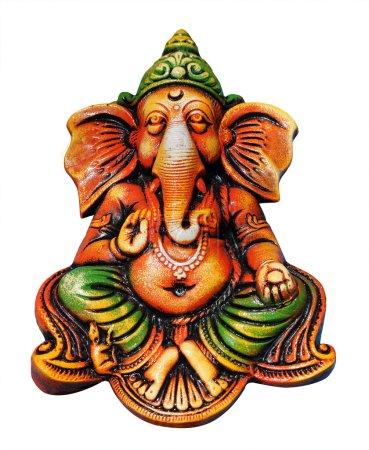Photo pour Belle, artistique, & coloré ganesha idole qui est l'un des dieux hindous les plus populaires isolés sur blanc avec masque de coupe. Le seigneur ganesha est également connu comme vinayaka, vigneshwara, omkara, ganapati, etc. . - image libre de droit