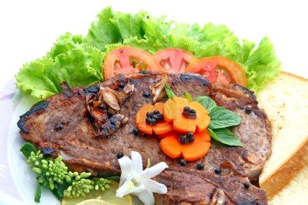 Photo pour Steak au poivre t OS avec légumes isolé sur blanc - image libre de droit