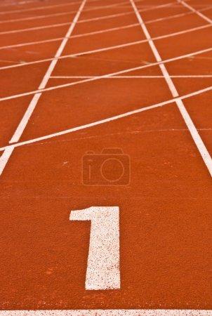 Photo pour Être numéro un sur la piste de course, Résumé - image libre de droit