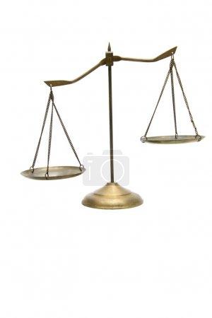 Unausgewogenheit der goldenen Messingwaage der Gerechtigkeit auf Weiß