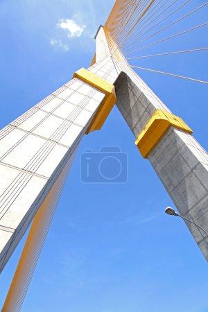 Photo pour Colonne de méga pont de fronde, rama 8, près du port avec la belle ensoleillée à bangkok - image libre de droit