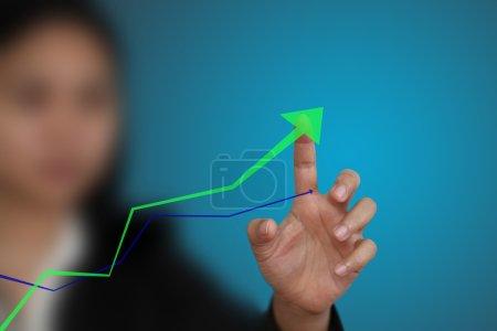 Photo pour Point de main de l'entreprise au graphique de tendance à la hausse - image libre de droit