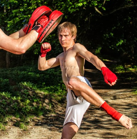 Photo pour Deux homme formation muay thai dans la forêt - image libre de droit