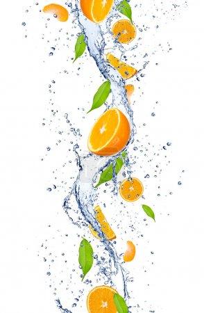 Photo pour Oranges fraîches tombant dans l'éclaboussement de l'eau, isolé sur fond blanc - image libre de droit
