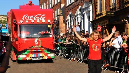 Photo pour Nottingham, Royaume-Uni - 28 juin 2012 : Londres 2012 flamme olympique Relais coca cola officiel parraine convoi saluer les foules à travers le centre ville de nottingham - image libre de droit