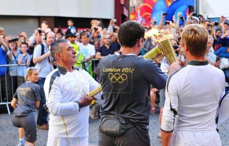 Photo pour Nottingham, Royaume-Uni - 28 juin 2012 : organisateurs aident les porteurs de torche pendant le relais de la flamme olympique de Londres 2012 par la ville de nottingham - image libre de droit
