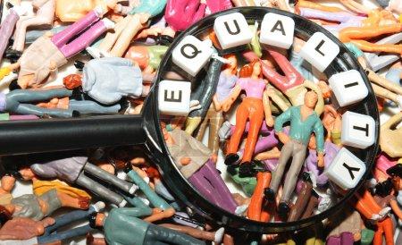 Photo pour Concept d'égalité avec divers sous loupe - image libre de droit