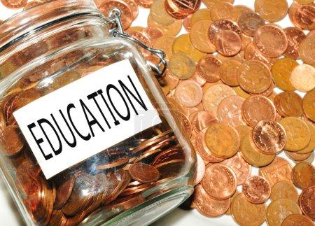 Photo pour Concept de fonds d'éducation avec pot d'argent - image libre de droit