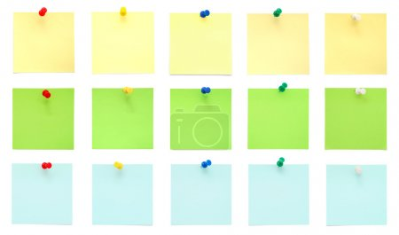 Photo pour Ensemble de notes post-it avec broches isolées sur fond blanc - image libre de droit