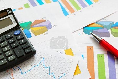 Photo pour Graphiques et graphiques financiers, vue du haut - image libre de droit