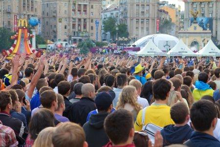 Photo pour Kiev, ukraine - 15 juin : fans ukrainiens, suédois et anglais dans la fanzone avant match euro 2012 entre ukraine - france et Angleterre - Suède le 15 juin 2012 à kiev, ukraine. zone pour le Championnat d'euro fans sur rue de kreshatik. - image libre de droit