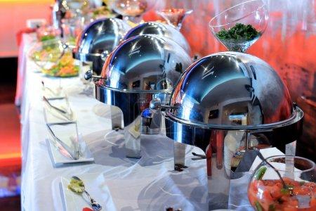 Photo pour Buffet - choix de la nourriture dans un restaurant - image libre de droit