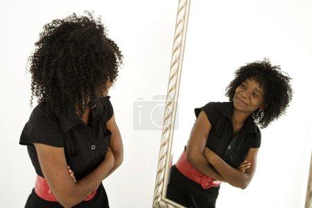 Photo pour Dame se regardant dans le miroir avec confiance - image libre de droit