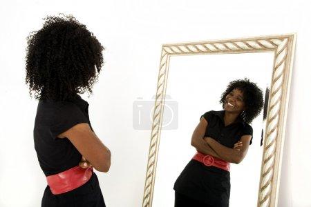 Foto de Señora sola mirando en espejo sonriendo - Imagen libre de derechos