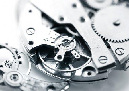 Photo pour Extreme gros plan des détails de mécanisme de montre en monochrome - image libre de droit