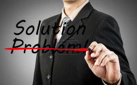 Photo pour Concept de motivation. Homme d'affaires écrire le problème mot et la solution - image libre de droit