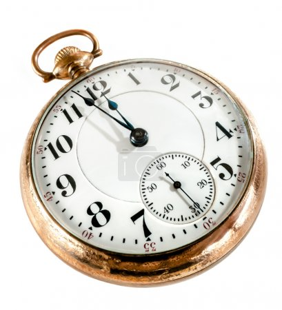 Photo pour Montre de poche en or antique montrant quelques minutes à minuit isolé sur fond blanc. notion de temps, le passé ou le délai. - image libre de droit