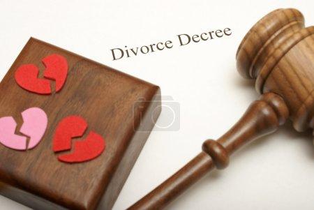 Foto de Un martillo y corazones rotos en la cima de divorcio con el foco en la escritura. - Imagen libre de derechos