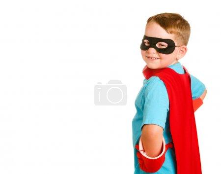 Foto de Niño pretendiendo ser un superhéroe - Imagen libre de derechos