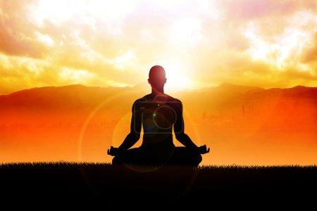 Photo pour Silhouette d'une figure d'homme méditant en plein air - image libre de droit