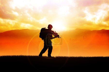 Photo pour Illustration de la silhouette d'un soldat sur le champ - image libre de droit