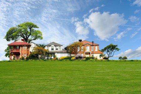 Photo pour Rangée de nouvelles belles maisons résidentielles dans le quartier de banlieue - image libre de droit