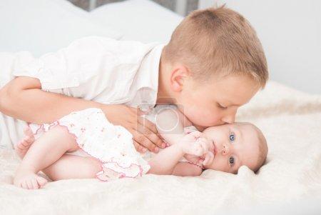 Photo pour Adorable portrait de sœur et frère - image libre de droit
