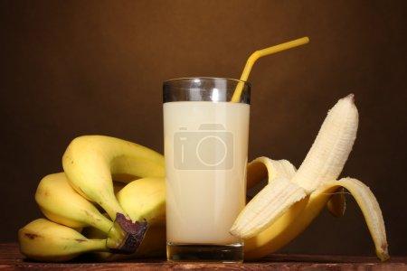 Foto de Jugo de plátano con plátanos en marrón - Imagen libre de derechos