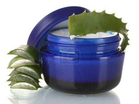 Photo pour Aloe vera et crème isolées sur blanc - image libre de droit