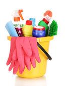 čištění předmětů v kbelíku izolovaných na bílém