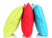 Světlé barevné polštáře izolované na bílém