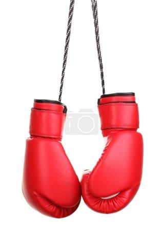 Photo pour Gants de boxe rouges suspendu isolé sur blanc - image libre de droit