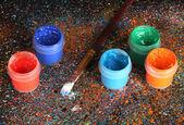 Sklenice s barevnými kvaše a štětec na černém pozadí, s barevné malování detail