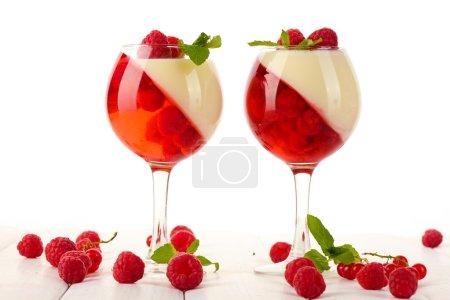 Foto de Jalea de fruta con bayas en vasos de mesa de madera - Imagen libre de derechos