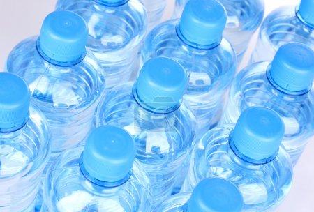 Photo pour Bouteilles d'eau en plastique close-up - image libre de droit