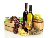 Barel, lahve a sklenice vína a zralé hrozny izolovaných na bílém
