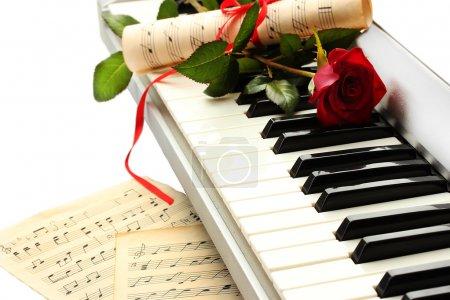 Photo pour Fond de clavier synthétiseur avec fleur - image libre de droit