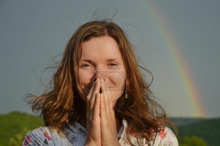 Photo pour Belle jeune femme à la recherche de soleil remercier est de retour - image libre de droit